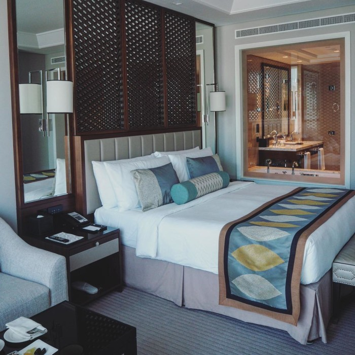 Hello from Dubai! Ive just checked into my gorgeous roomhellip