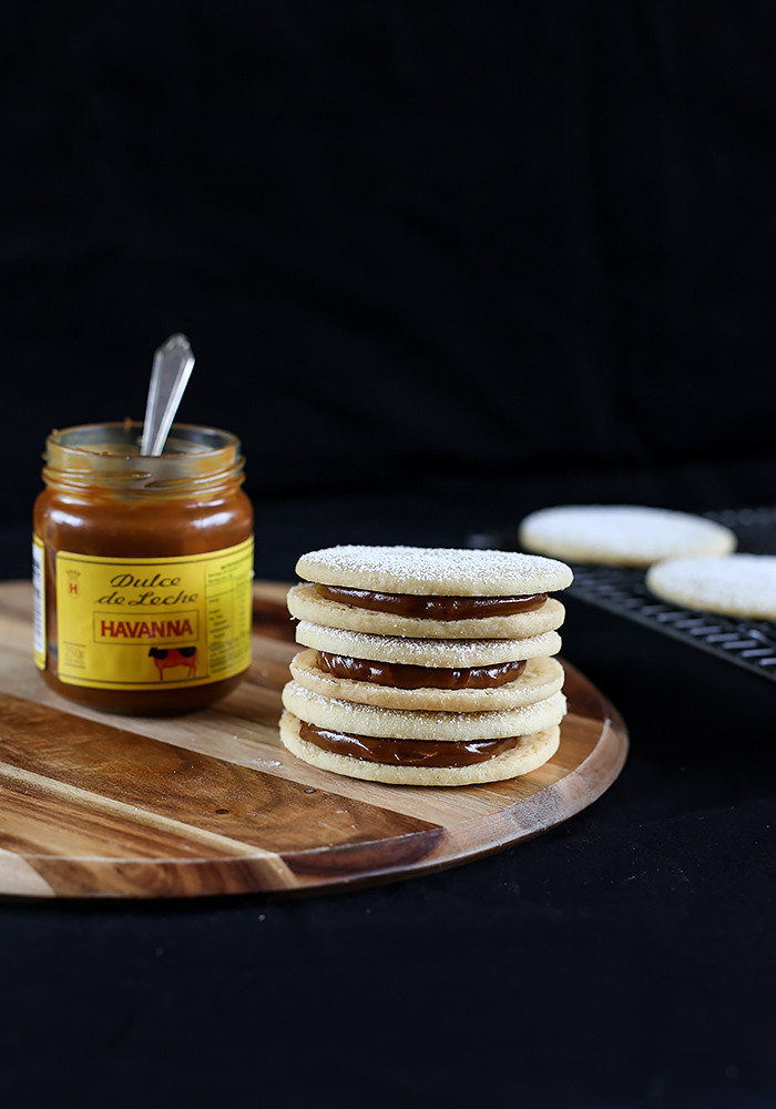 alfajores-dulce-de-leche-cookie-sandwiches3