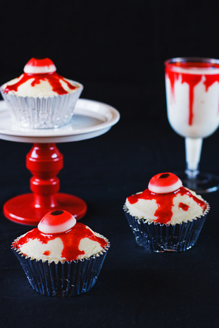 bloody-halloween-eyeball-cupcakes5