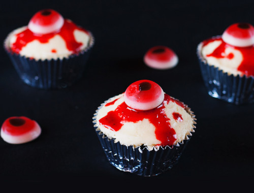 bloody-halloween-eyeball-cupcakes9