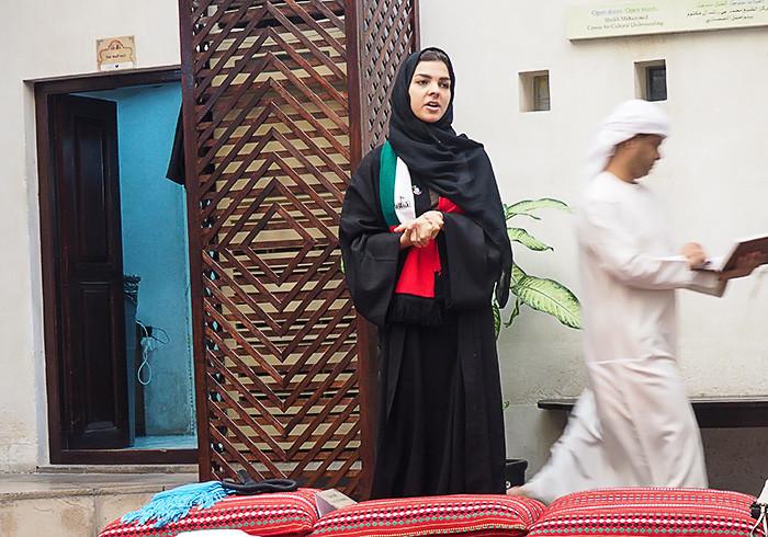 emirati-host