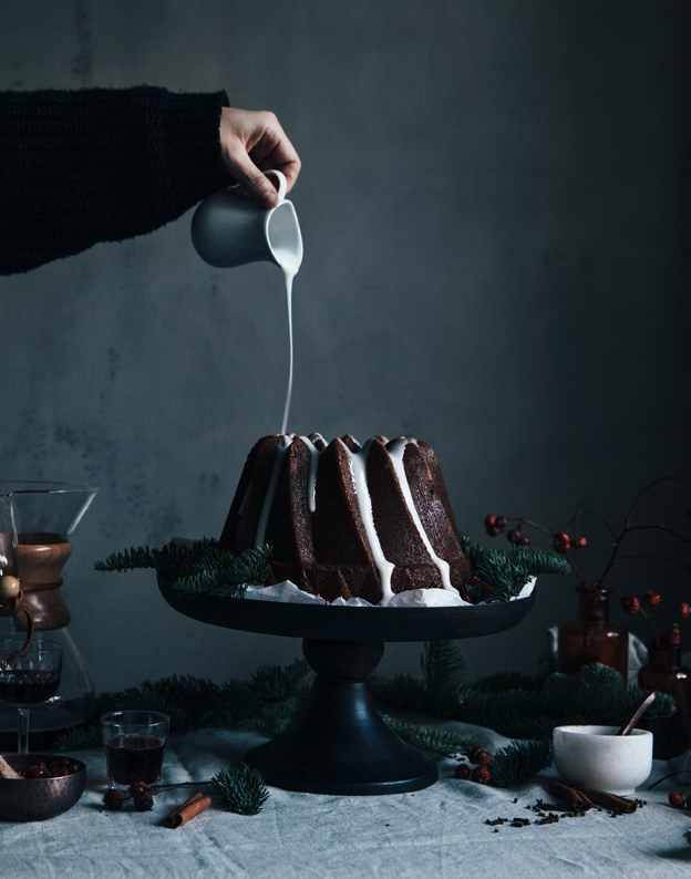 gingerbread-bundt-cake-with-ligonberries