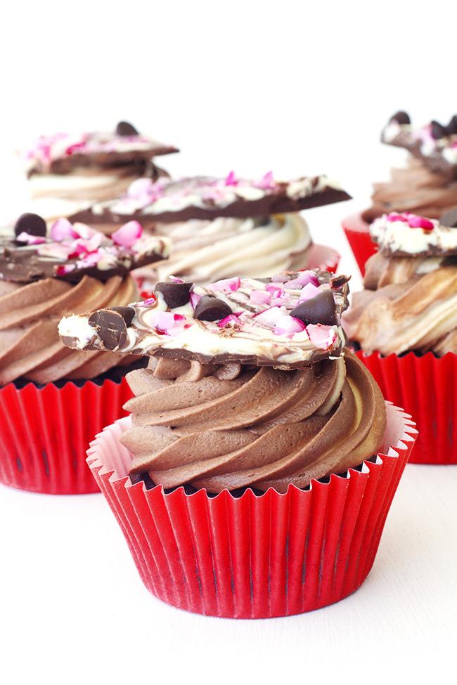 peppermint-bark-chocolate-cupcakes