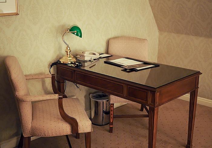 sir-stamford-room-desk
