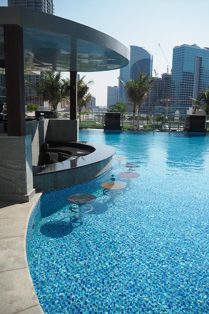 taj-dubai-pool-swimup-bar