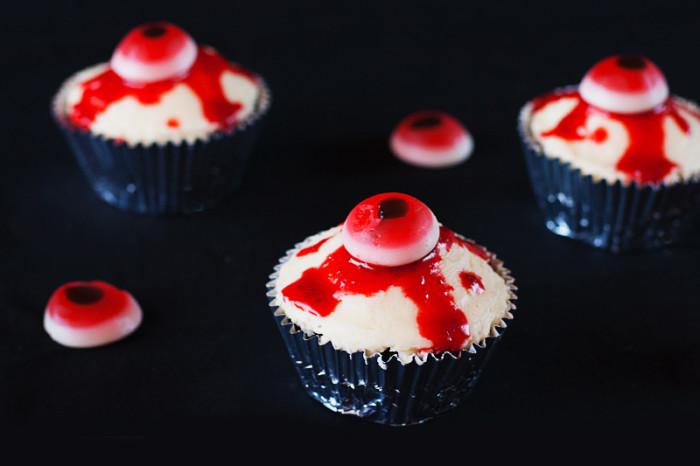 bloody-halloween-eyeball-cupcakes9